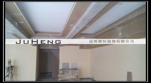 图为:二楼过道实木线条粘贴 图为:一楼餐厅吊顶实木线条粘贴 6月26日